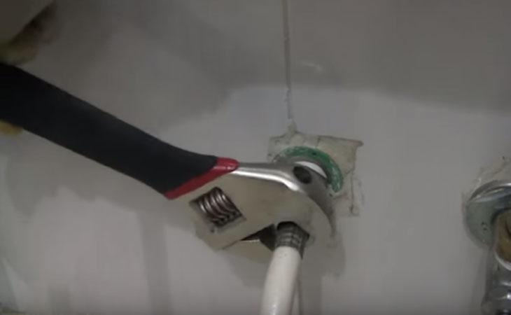 Nguyên nhân và cách khắc phục vòi xịt vệ sinh bị rò rỉ nước