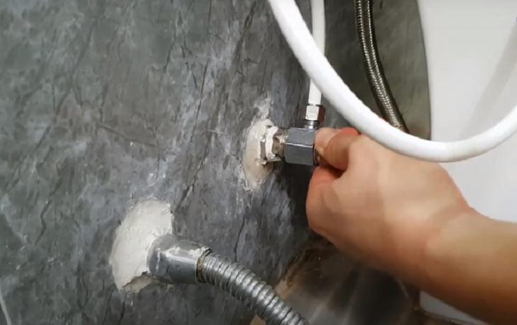 Đấu nối vòi xịt với hệ thống cấp nước