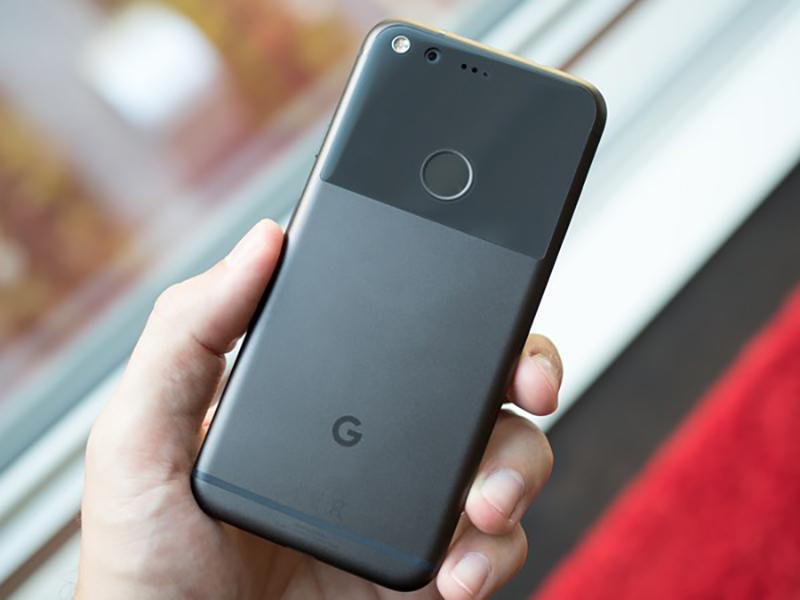 Cảm biến vân tay Android  Nhận diện khuôn mặt Vs. Cảm biến vân tay: Xu thế hiện đại hay đa dụng? google pixel black in hand 800x600