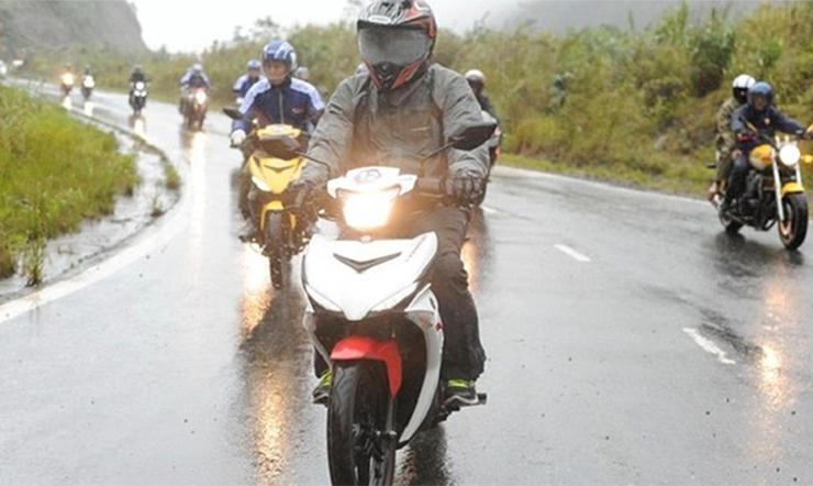 Ghi nhớ những kỹ năng này để di chuyển an toàn trong mùa mưa giông