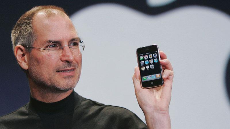 Steve Jobs giới thiệu iPhone  iOS Vs. Android: Cuộc chiến hơn một thập kỷ chưa có dấu hiệu hạ nhiệt apple steve jobs iphone ap 070109066608 800x450