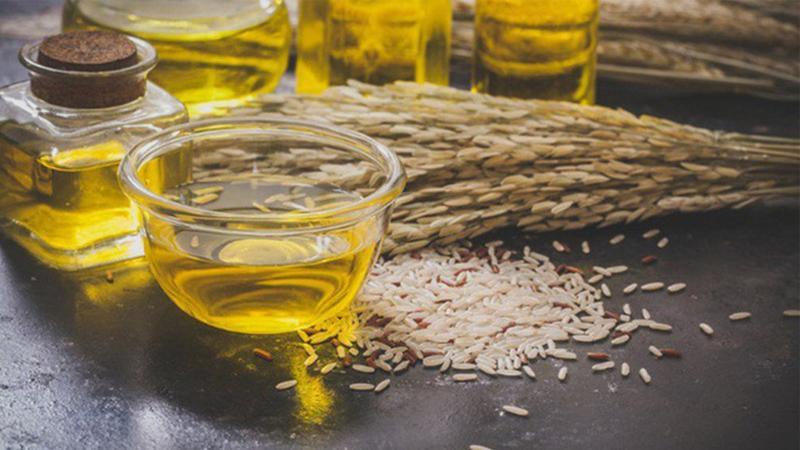 Chọn dầu gạo màu vàng sẫm