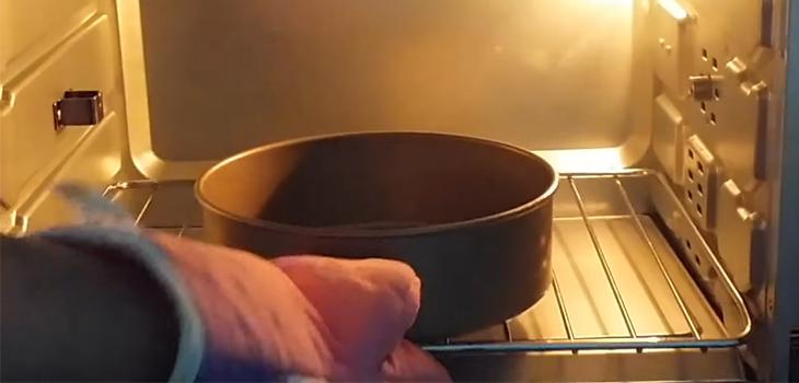 Bước 5 Làm nóng khuôn Bánh bò lá dứa