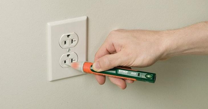 Đặt bút thử điện vào 1 trong 2 chấu cắm