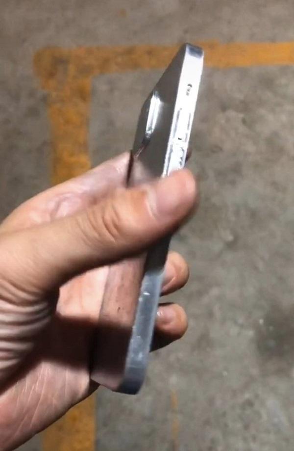 Khuôn đúc iPhone 12 xuất hiện với thiết kế mạnh mẽ, cạnh phẳng giống iPad Pro, đúng kiểu mà nhiều iFan mong đợi
