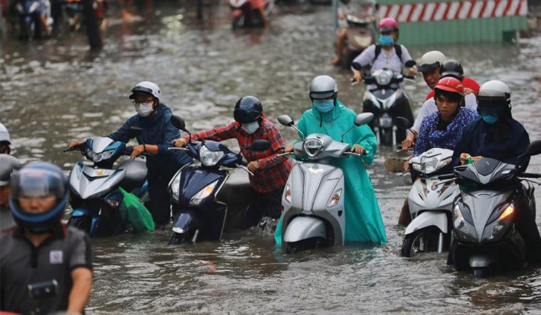 Những lưu ý giúp an toàn khi đi xe máy trên đường ngập nước mưa