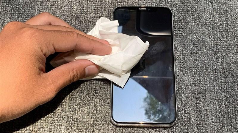 Những thứ không nên dùng để lau màn hình smartphone
