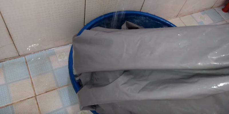 Áo mưa mới sau khi mua về, nên được giặt qua một lần trước khi sử dụng