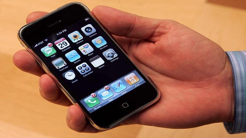 chiếc điện thoại iPhone đời đầu