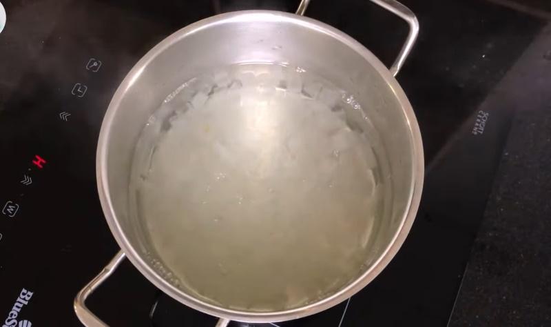 Bước 2: Làm nước mủ trôm