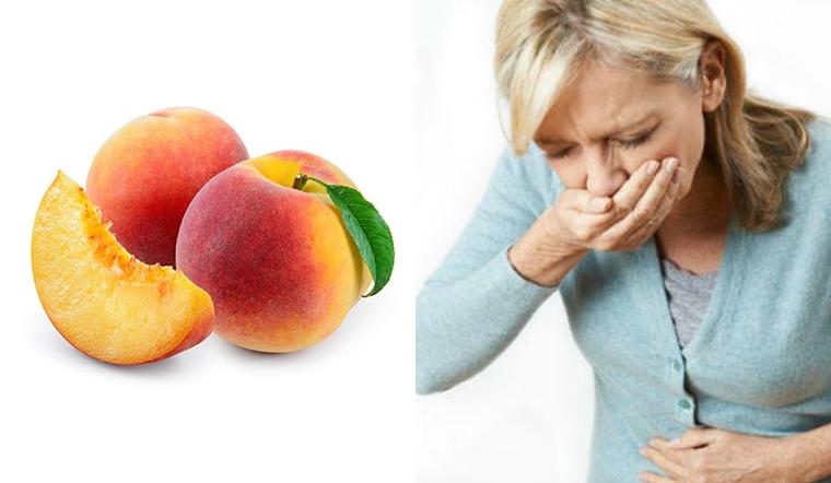 Cảnh báo về ngộ độc quả đào khi một phụ nữ ăn đào mua ở hàng rong