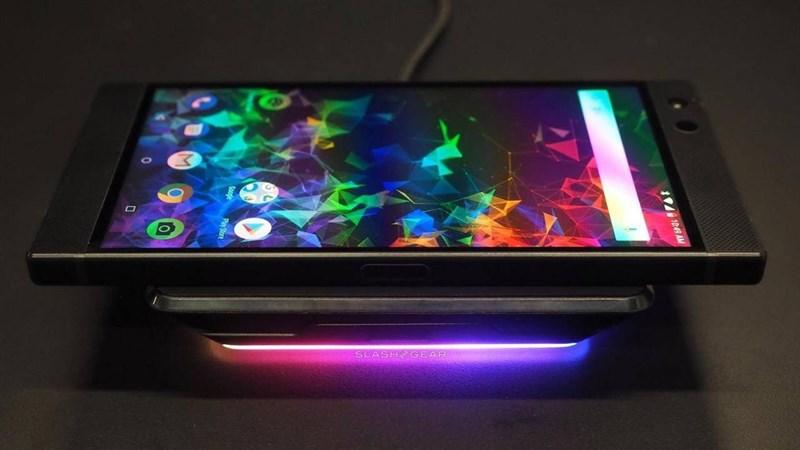 Smartphone dành cho game thủ Razer Phone 3 lộ ảnh nguyên mẫu ngoài đời thực, nhìn vuông vắn nam tính nhưng viền cạnh dày quá