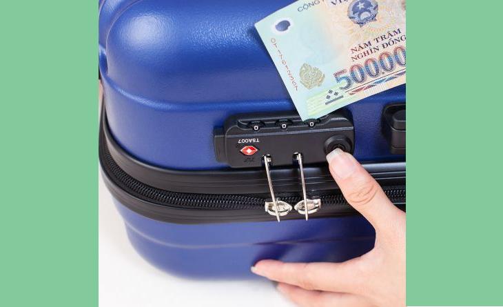 Mở khóa vali bằng tiền polime