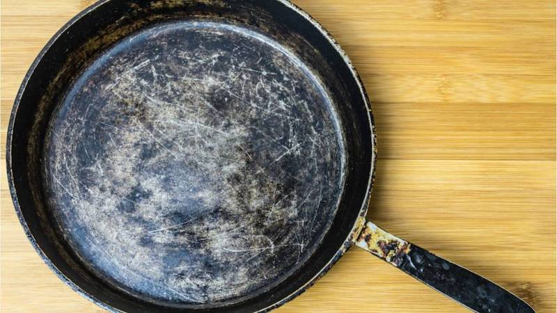Việc sử dụng những chiếc chảo trầy xước có gây hại cho sức khỏe bạn hay không?