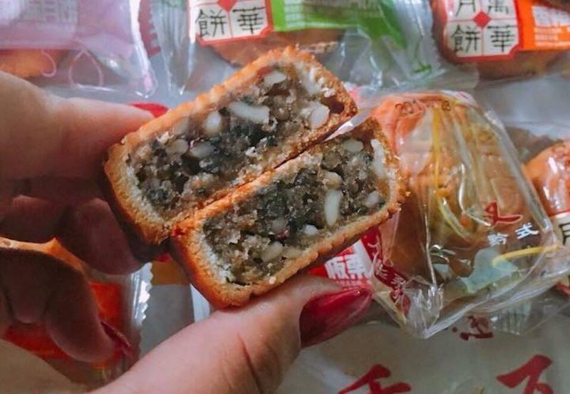 Bánh trung thu mini được rao bán rộng rãi tại chợ mạng