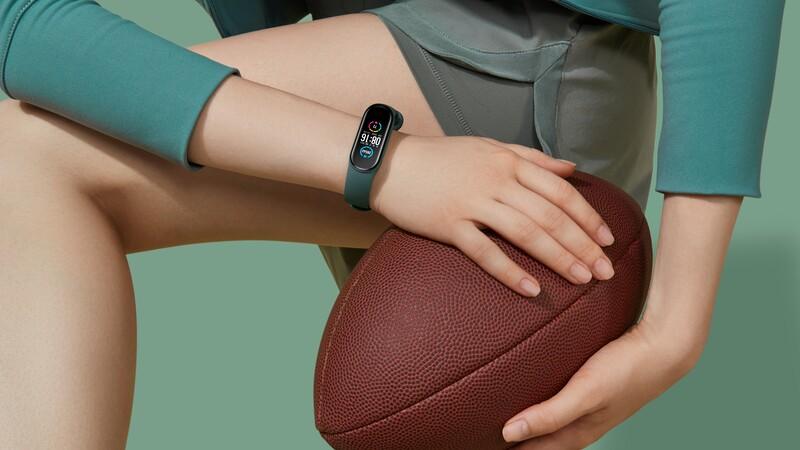 Vòng đeo tay thông minh Mi Band 5 đang mở bán tại Thế Giới Di Động với giá dưới 1 triệu đồng, vậy nó có đáng mua không?