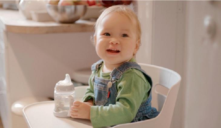 Chia đôi lượng sữa để bé tập uống bằng bình tập