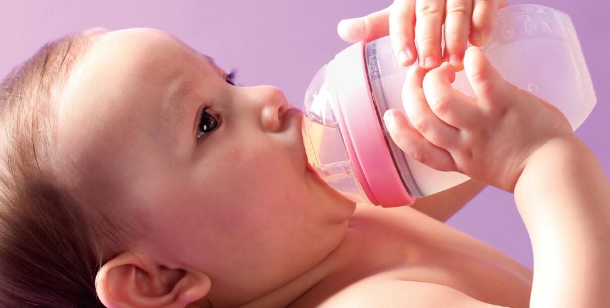 Không để bé mang bình tập uống chứa nước hoa quả, sữa đi ngủ