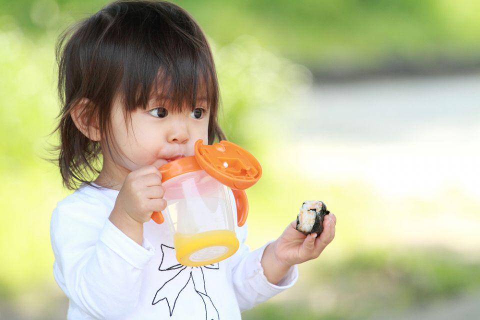 Đổ đầy nước hoa quả, sữa vào bình suốt cả ngày