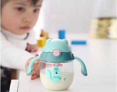 Sử dụng cốc tập uống với mục đích cai sữa