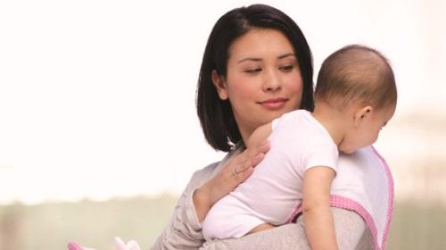 Làm gì khi trẻ bị ọc sữa