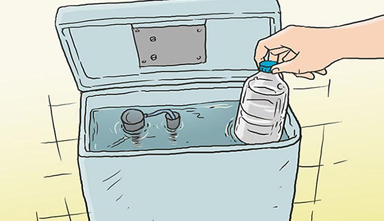 Đặt chai nước vào bồn chứa nước xả, nhà vệ sinh luôn sạch sẽ thơm tho mà không cần dọn dẹp