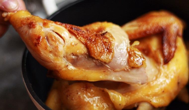 """Chia sẻ cách làm gà nướng bằng nồi cơm điện cho """"hội lười"""", gà mềm thấm vị không bị khô"""