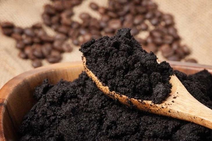 bã cà phê, bã chè là những nguyên liệu khử mùi tốt