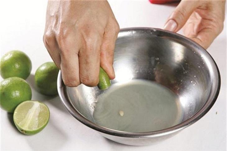 Dùng nước cốt chanh để khử mùi nhựa