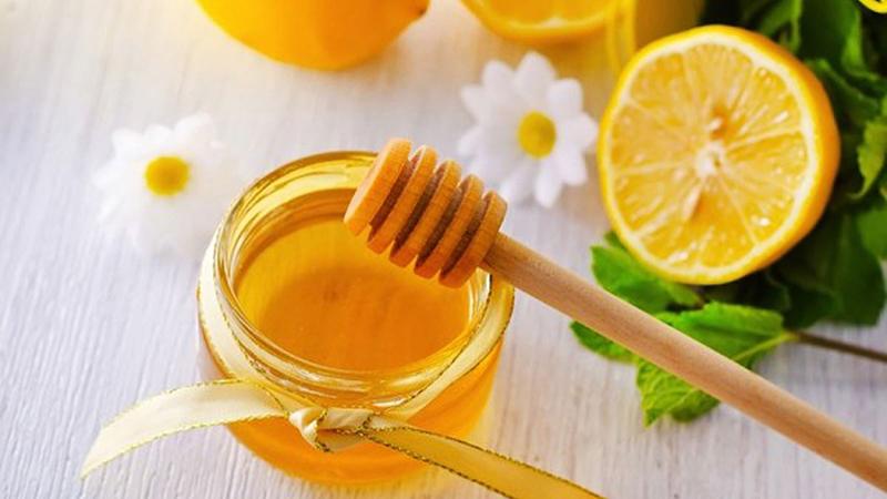 Có nên uống nước chanh mật ong vào buổi sáng không?