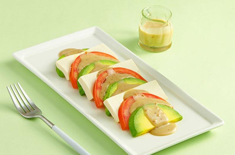 Salad caprese với bơ cùng đậu hũ