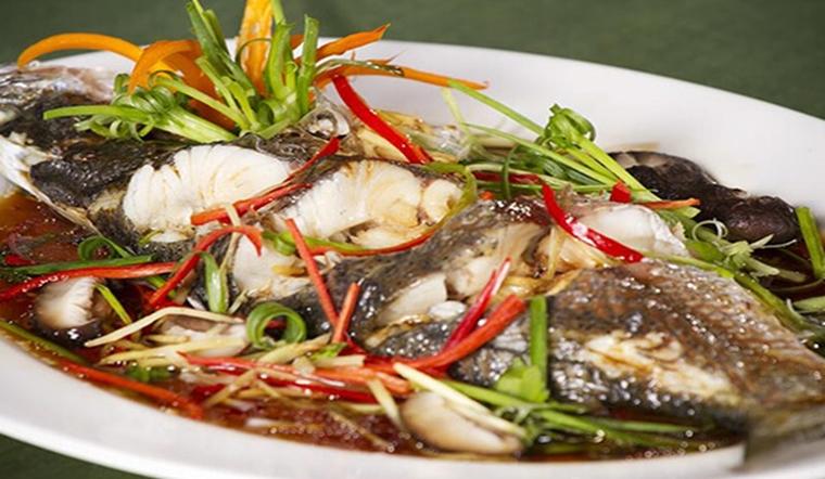 Hấp cá có nên ướp không? Nhiều người làm sai khiến cho cá hấp tanh, không ngon