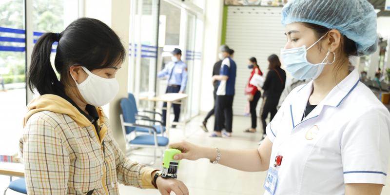 Liên hệ với nhân viên tiếp đón ngay khi tới cơ sở khám bệnh