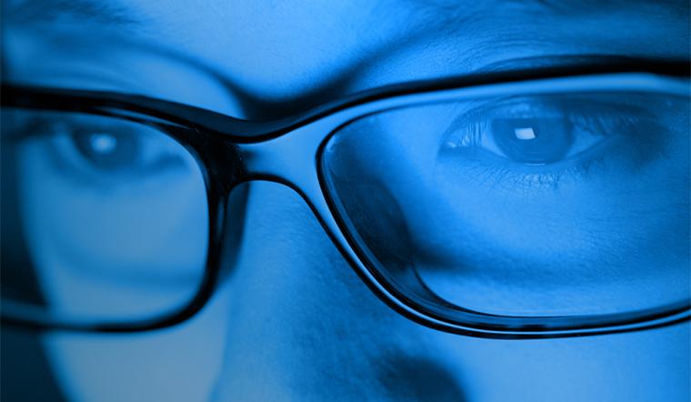 Mắt kính chống ánh sáng xanh từ máy tính và điện thoại có thật sự bảo vệ mắt như lời đồn?
