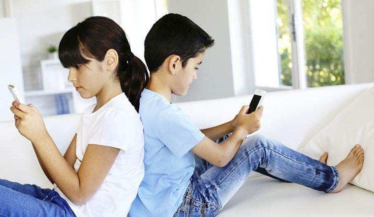 Có nên cho bé sử dụng điện thoại sớm? Trẻ em bao nhiêu tuổi mới nên sử dụng điện thoại?