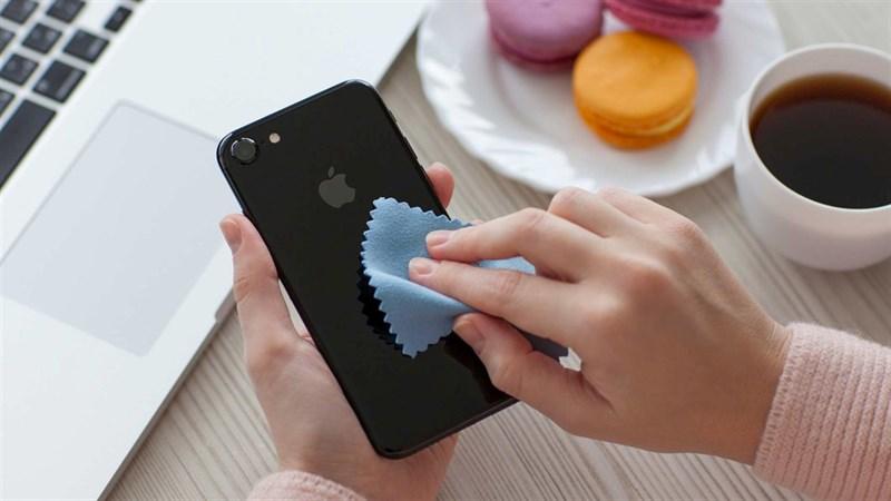 Vệ sinh điện thoại đúng cách và việc không nên làm khi vệ sinh điện thoại