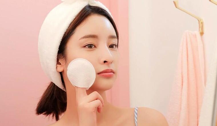 Tẩy trang kỹ nhưng mặt vẫn mụn có thể là do bạn chưa chọn đúng bông tẩy trang phù hợp với làn da