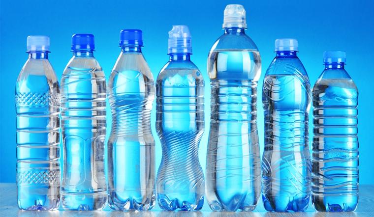 Tin đồn dùng chai nhựa đựng nước để trong tủ lạnh gây ung thư là không chính xác