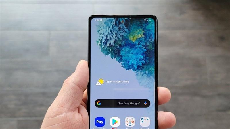 Galaxy S20 FE 5G lộ ảnh thực tế trên tay người dùng với màn hình 'nốt ruồi', 3 camera mặt sau, cấu hình chi tiết cũng được tiết lộ