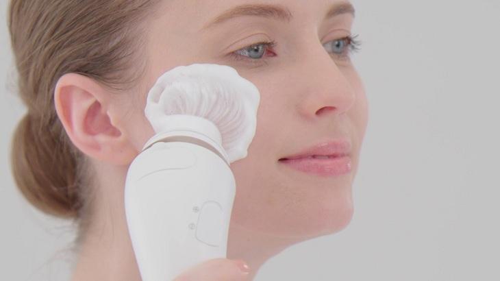 Chọn máy rửa mặt có đầu cọ êm ái cho da mụn
