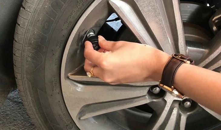 Chọn cảm biến áp suất lốp gắn trong hoặc gắn ngoài