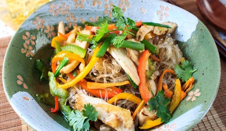 Cuối tuần lười nấu ăn thì vào bếp làm ngay món miến trộn ngũ sắc nhanh gọn nhưng siêu ngon