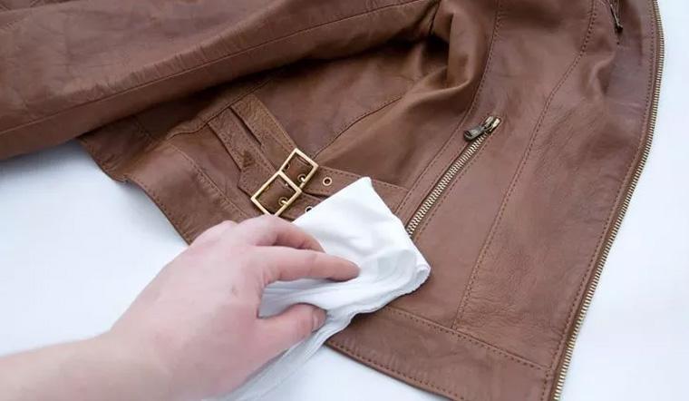 dùng khăn mềm bằng cotton lau vết bẩn