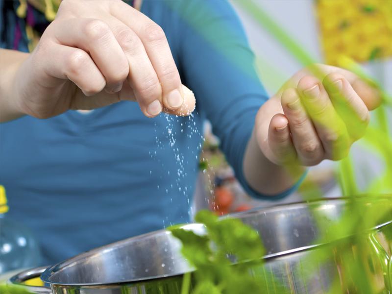 Luộc rau thường cho muối vào, tưởng chừng ngon nhưng thật sự có đúng?