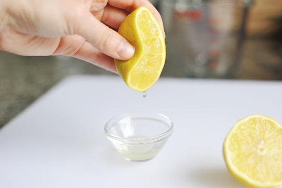 Lấy quả chanh cắt làm đôi, vắt lấy nước cốt.