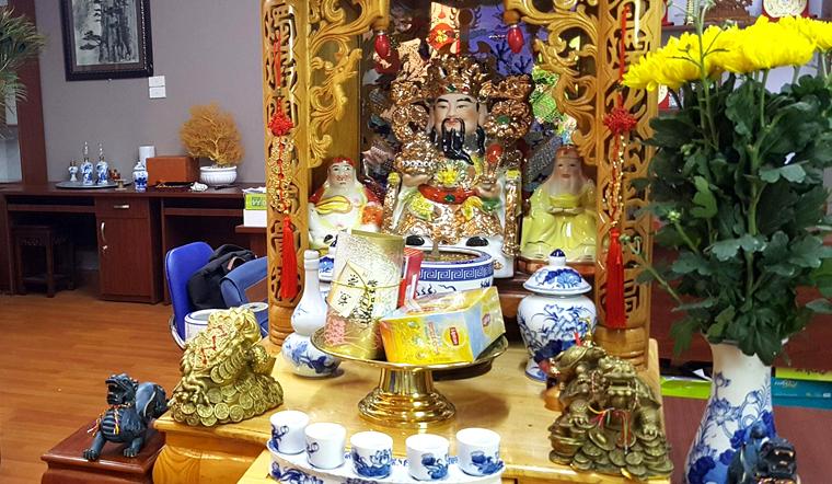 Chuyên gia hướng dẫn cách bày trí bàn thờ ông Địa, Thần Tài ngày Tết đúng chuẩn, thu hút tài lộc