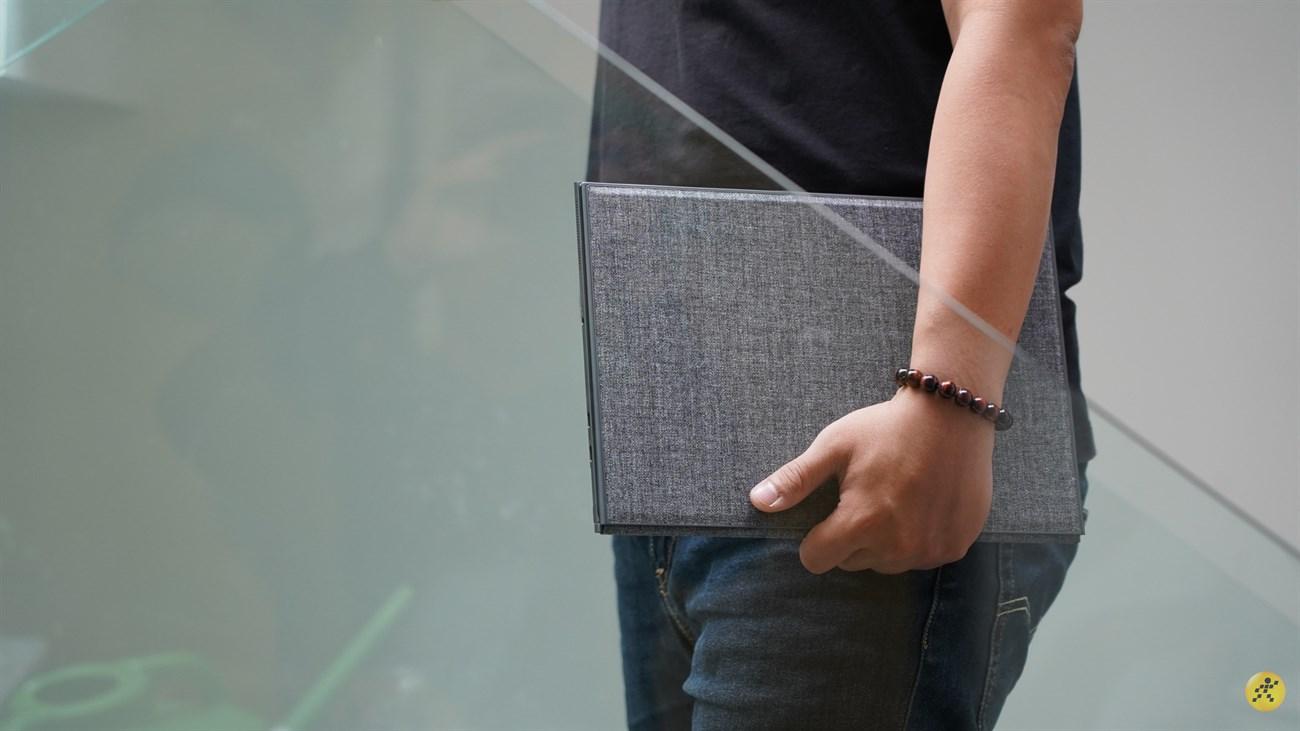 Cảm giác cầm nắm chiếc laptop rất thoải mái và dễ chịu