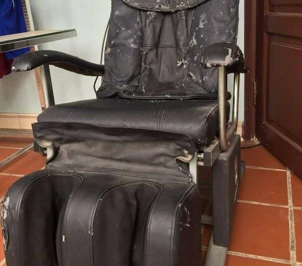 Ghế bị rách, bong tróc da bên ngoài
