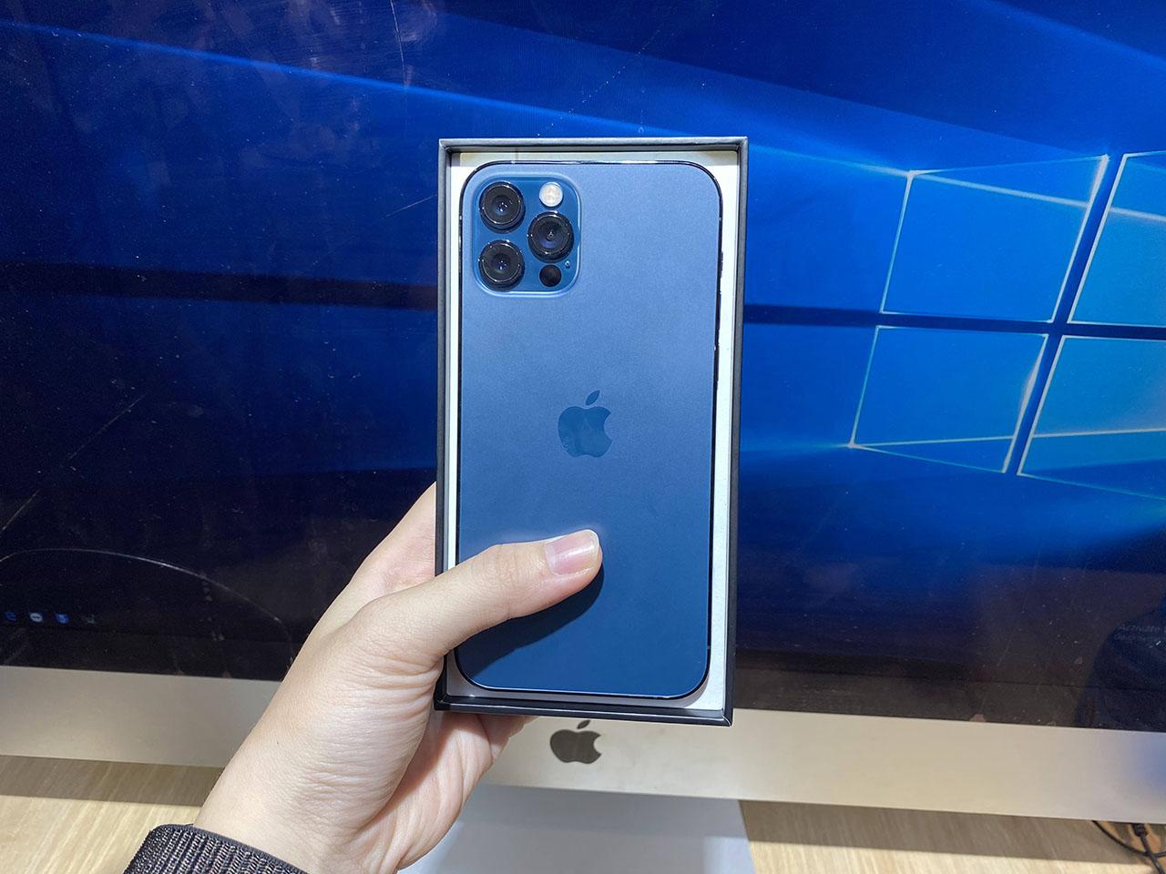 Bên trong hộp đựng là iPhone 12 Pro màu xám xanh