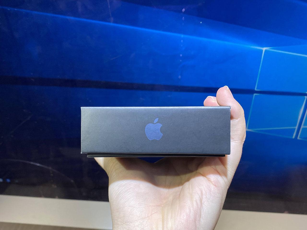 Cạnh đáy của hộp đựng iPhone 12 Pro